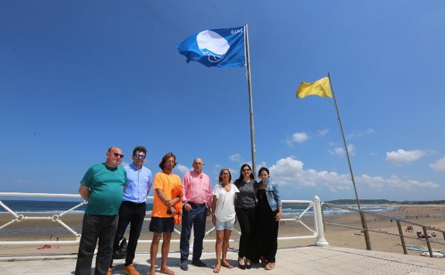 Las playas de Salinas y Santa María del Mar izan sus banderas azules