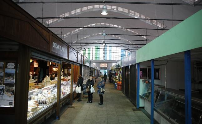 Los comerciantes de la plaza de abastos de La Felguera urgen su arreglo