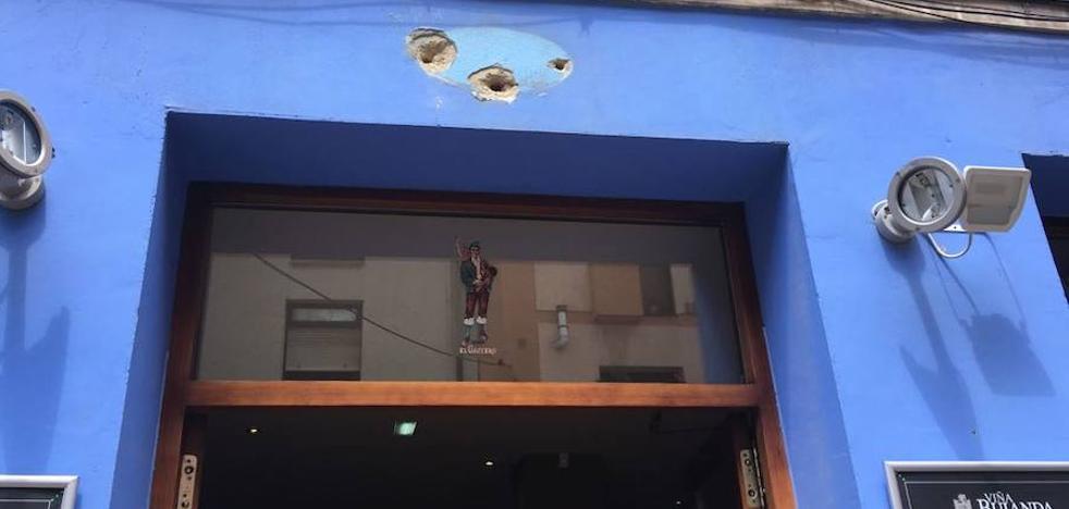 Un rótulo arrancado en una sidrería de Gijón aparece en Cabañaquinta