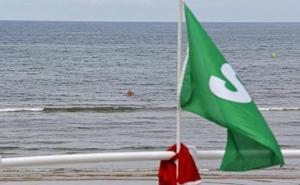 Rescatan en la playa de Gijón a un hombre de 61 años a punto de ahogarse