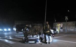 Un coche vuelca en Piloña y el conductor intenta coger un taxi para huir de la Policía