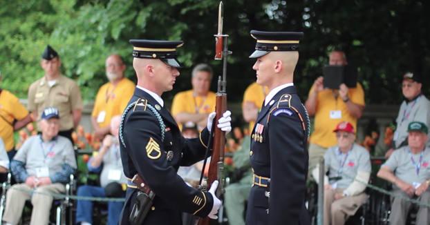 Impresionante ceremonia de revisión de armas en Arlington