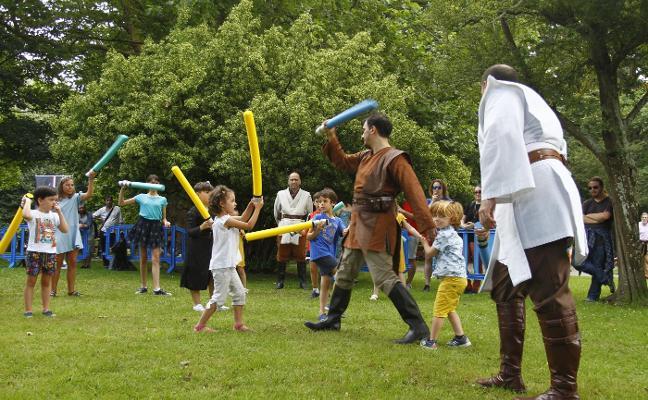 Más de veinte niños se convierten en jóvenes Jedis en el parque Ferrera