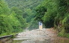 Un argayo corta la carretera entre Cabrales y Panes