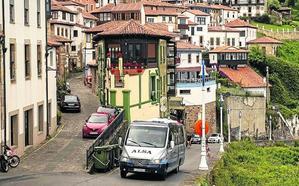 Con el transporte público «Lastres ya está más tranquilo», dicen los vecinos