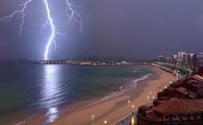 La increíble imagen que deja la tormenta en Gijón