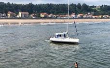 Un velero encalla frente a la playa de Ribadesella