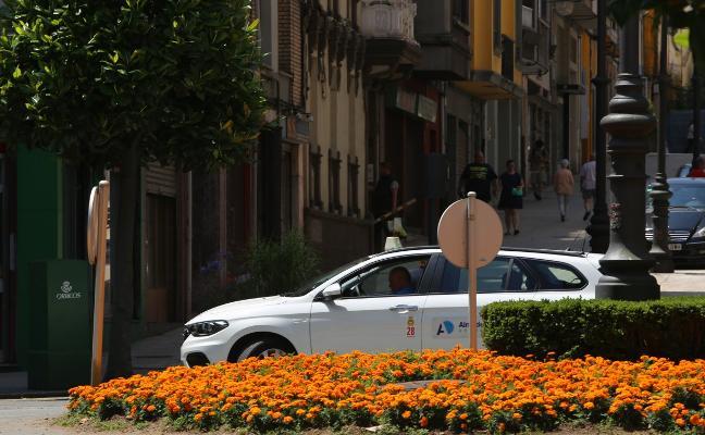 El sector de taxi de Avilés percibe que el número de carreras «va en aumento»