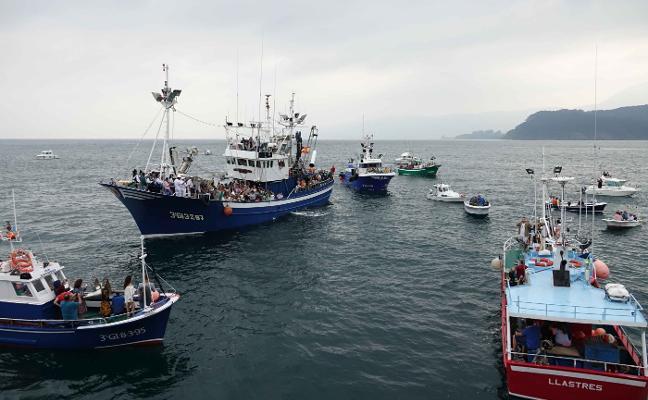Lastres abre el Carmen con la salea de la patrona del mar