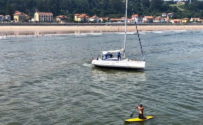 Un velero encalla durante horas frente a la playa de Ribadesella