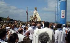 La Virgen del Carmen, entre flores y en volandas hasta el puerto de Tapia