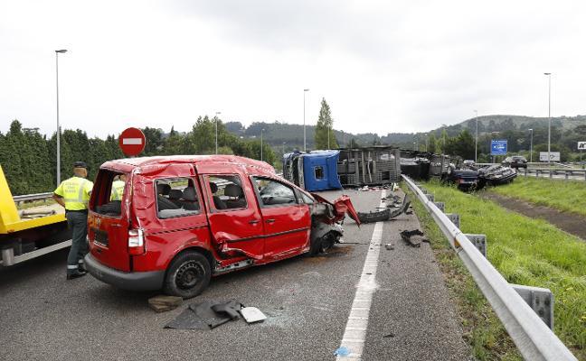 El vuelco de un camión articulado obliga a cortar la A-8 en Gijón nueve horas