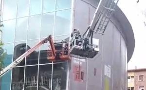 Dos operarios, suspendidos a cinco metros de altura por un fallo en una grúa en Langreo