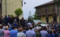 Los vecinos de Sergio Menéndez le despiden en Tineo rotos de dolor