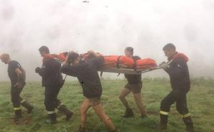 Evacuada a pie una scout de dieciséis años herida en una pierna en Piloña