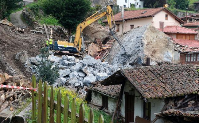 Los técnicos usan las rocas del argayo de La Cortina para proteger la ladera