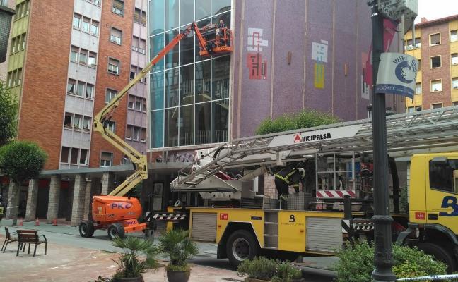 Rescatan a dos operarios suspendidos a diez metros de altura en la cesta de una grúa