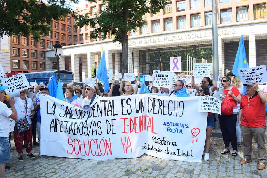 Protesta en Madrid de los afectados asturianos de iDental