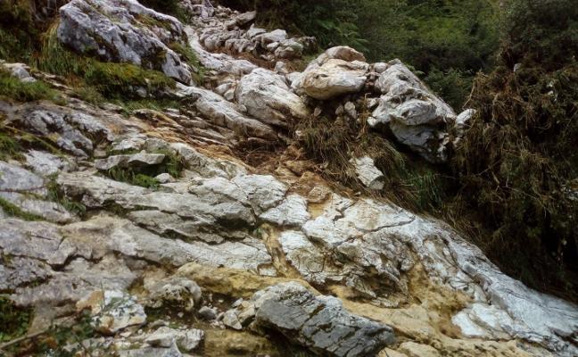 Los daños en la calzada romana de Caoru preocupan en el sector ganadero