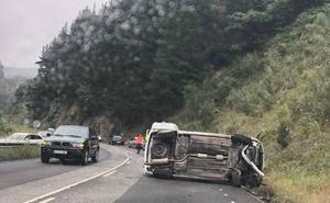 Un herido tras volcar su coche en el Corredor del Narcea