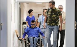El doctor Cavadas reconstruye la columna y la pelvis de un joven «partido en dos»