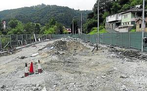 La gasolinera de El Entrego, derribada después de 55 años de servicio