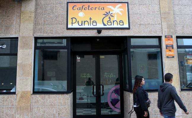 El Ayuntamiento cierra una cafetería en Pumarín que funcionaba como pub