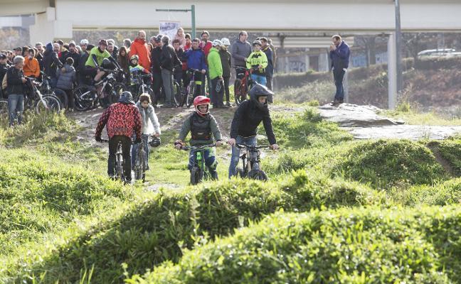 El Polígono de Pumarín critica las «mentiras y los retrasos» con la pista ciclista