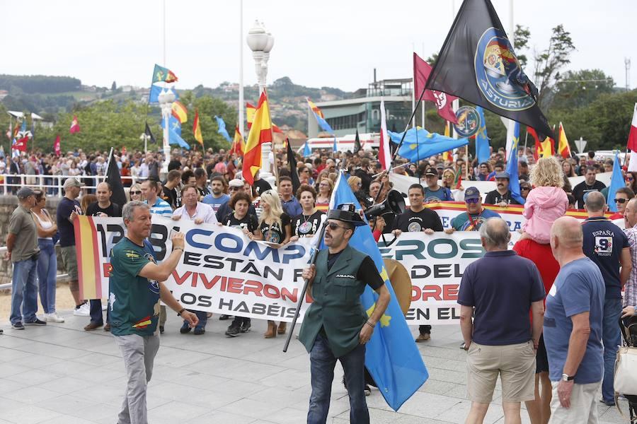 Medio millar de policias y guardias civiles se manifiestan en Gijón