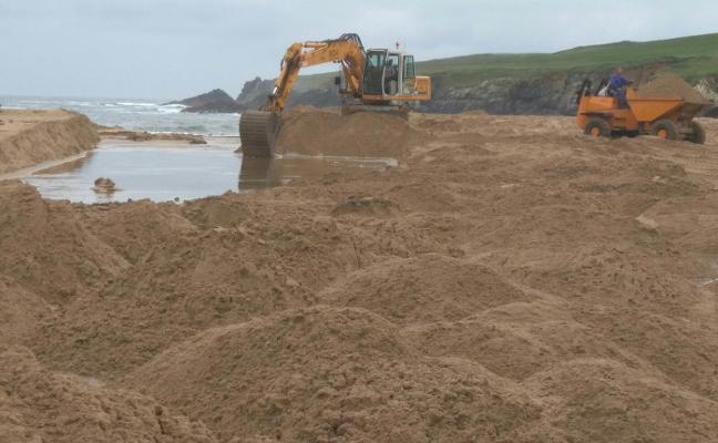 Tapia modifica el curso del río Tol en Serantes con 2.000 toneladas de arena