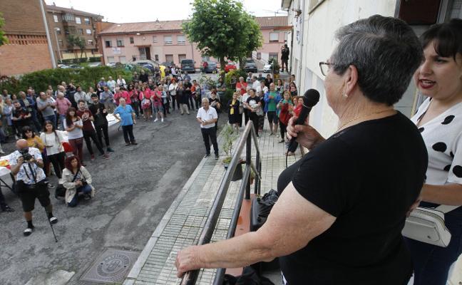 Los amenazados de desahucio de La Camocha, apoyados por sus vecinos