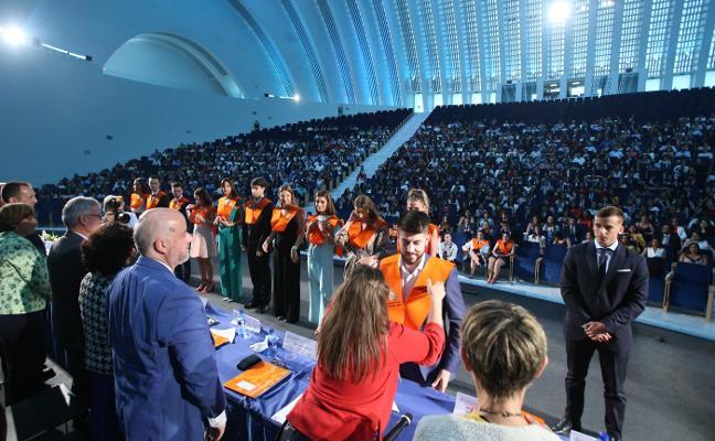 La Facultad de Economía y Empresa celebra la graduación de doscientos estudiantes