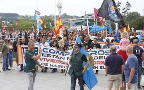 Cientos de policías asturianos se manifiestan en Gijón para pedir la equiparación salarial