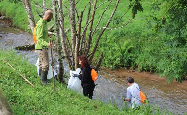 Una decena de voluntarios retira cincuenta sacos de basura del río Viacaba