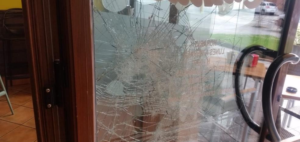 Intentan robar en un bar de Villalegre lanzando baldosas contra la puerta
