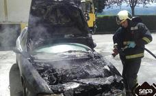 Los bomberos extinguen el incendio en un coche en Tineo