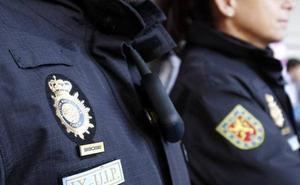 La Policía detiene a una mujer que apuntaba a su familia con armas de fogueo en Oviedo