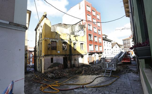 Un incendio provoca el derrumbe de un edificio ocupado de Cimavilla