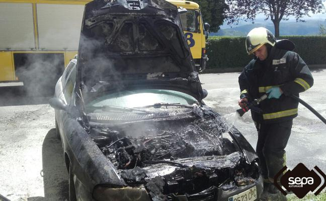 Arde un coche en Tineo