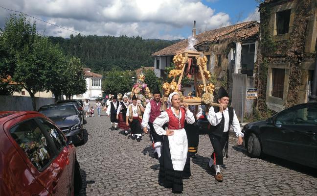 Amandi celebra sus fiestas del Carmen con misa y puja del ramo