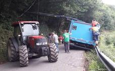 Los vecinos de Villamorey, en Sobrescobio, rescatan un camión accidentado