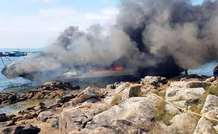 Un catamarán con 48 personas a bordo, entre ellos asturianos, arde en Pontevedra