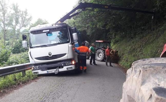 Vecinos de Villamorey rescatan un camión que se salió de la vía