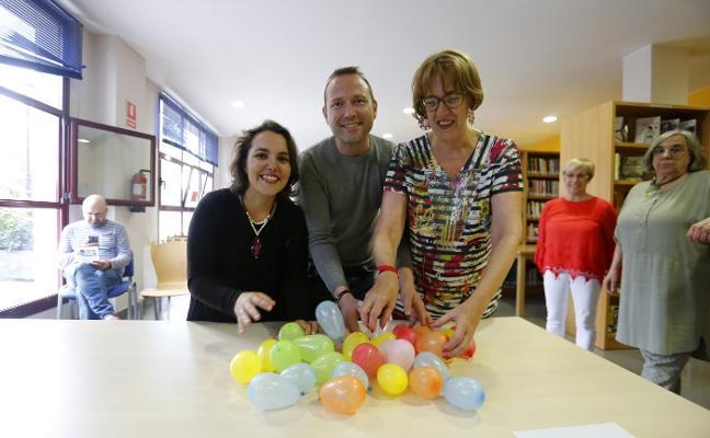 Los escritores Leticia Sánchez Ruiz y Josu Monterroso, con los lectores en San Lázaro