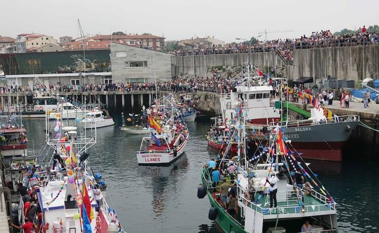 Llanes lleva su fiesta a la mar