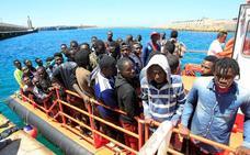 Rescatan a más de 330 personas de 17 pateras en aguas del Estrecho y mar de Alborán este sábado