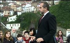 El doctor Mateo pasa consulta en Lastres