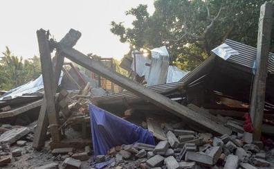 Ascienden a 14 los muertos y decenas de heridos tras un seísmo en Indonesia