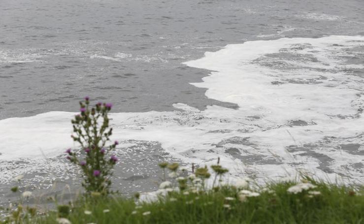 Aparecen nuevas manchas en la playa de San Lorenzo