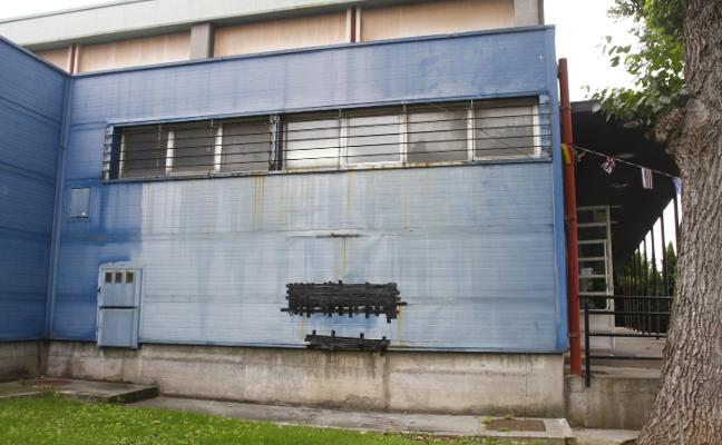 Una fachada de cinta aislante en el polideportivo